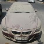 оставленные автомобили на улицах Дубая